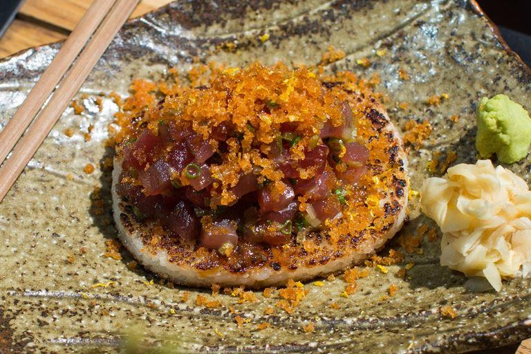 Тартар из тунца с хрустящим рисом и боттаргой от Magura Asian Bistro – рецепт
