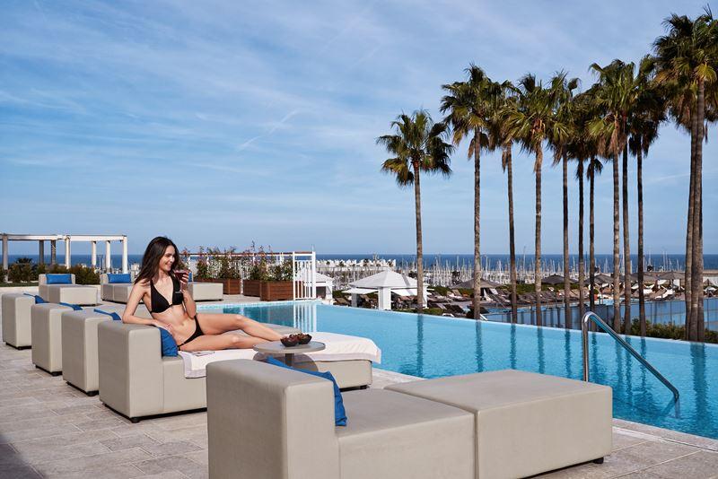 Открытый инфинити-бассейн в отеле Hotel Arts Barcelona