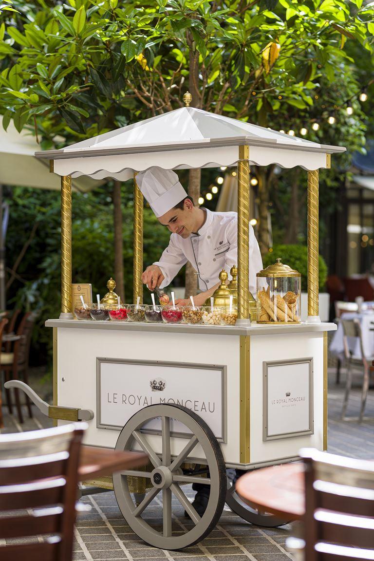 Летняя терраса в Париже от отеля Le Royal Monceau - Raffles Paris и Tanqueray - Мороженое от Pierre Hermé Paris
