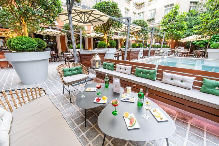 Летняя терраса в Париже от отеля Le Royal Monceau - Raffles Paris и Tanqueray -