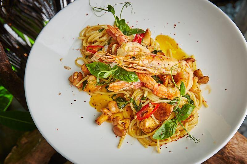 Сезон лисичек-2019 в ресторанах Москвы - спагетти с лангустинами, лисичками и листьями базилика