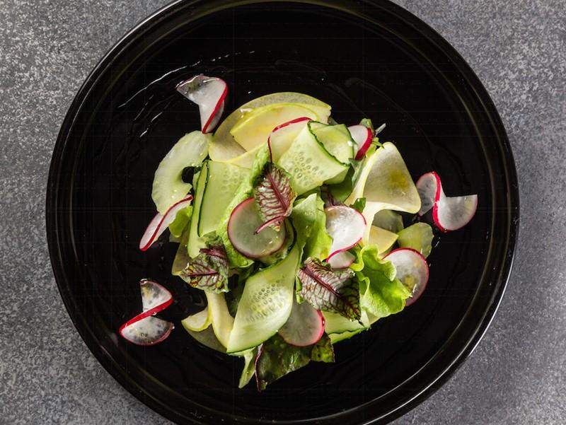 Рецепт салата с яблоком и микс салатом от ресторана Barceloneta