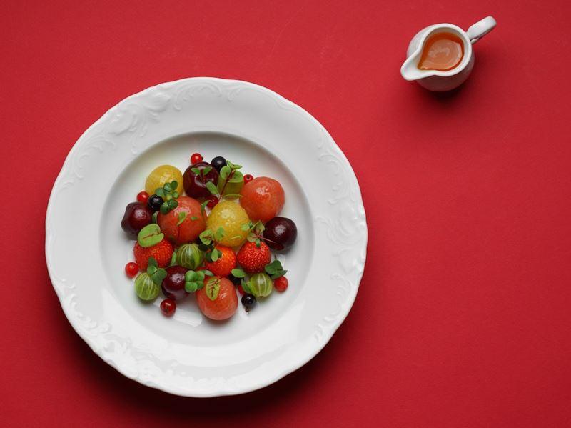 Рецепт летнего салата со сладкими томатами и ягодами от ресторана «Кококо»