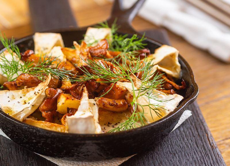 Рецепт лисичек с картофелем и мягким сыром камамбер от ресторана «Сыроварня»