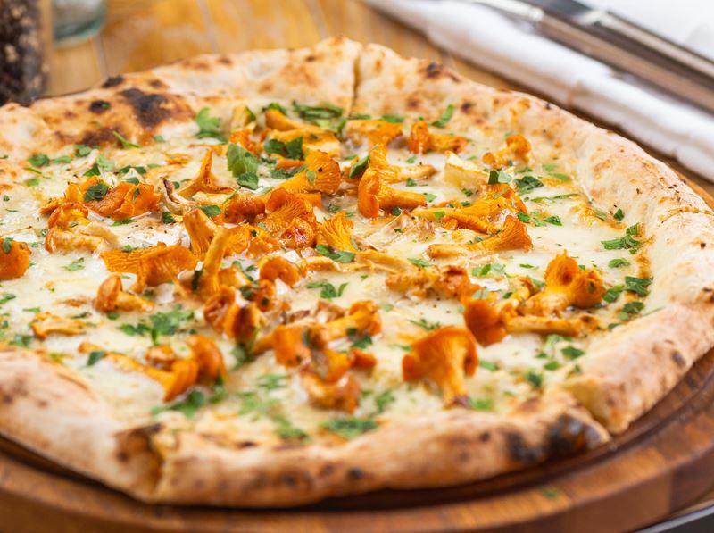 Рецепт пиццы с лисичками и сырами камамбер и моцарелла от ресторана «Сыроварня»