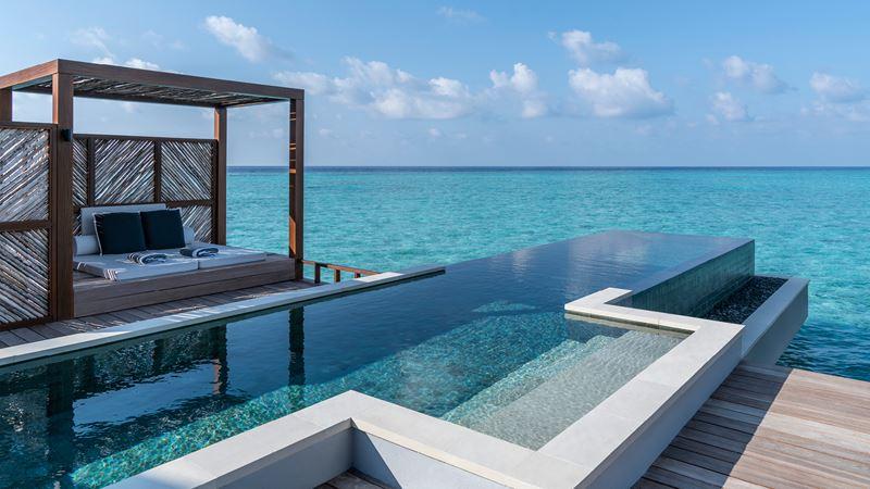 Водные виллы с бассейном от Four Seasons Resort Maldives at Landaa Giraavaru - фото 6