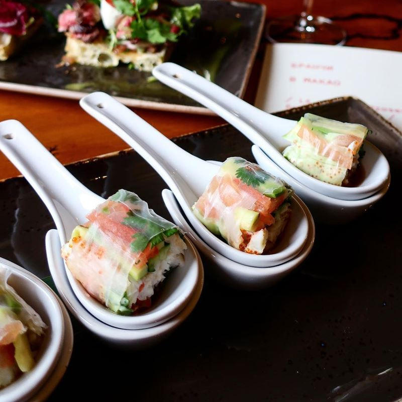 Рецепт спринг роллов с крабом и авокадо от шеф-повара ресторана «Макао» Антона Патанькина.