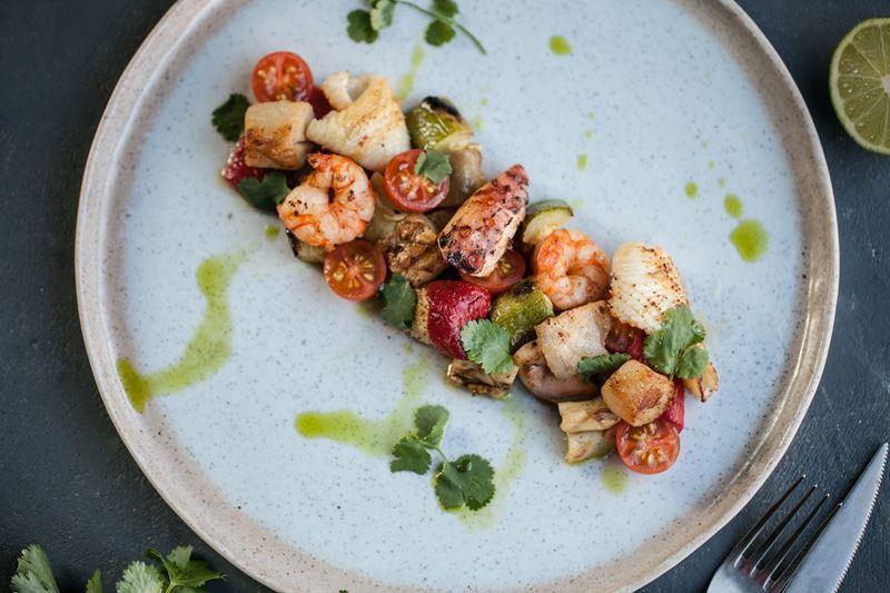Рецепт салата с морепродуктами и печеными овощами от «Кафе Дружба. Мануфактура еды»