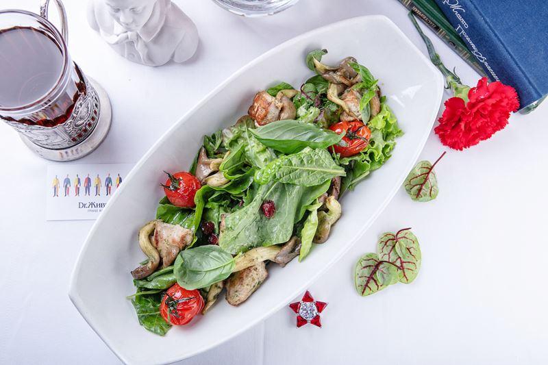 Рецепт зелёного салата с цесаркой и грибами от шеф-повара Гранд-Кафе «Dr. Живаго» Виктора Гримайло.