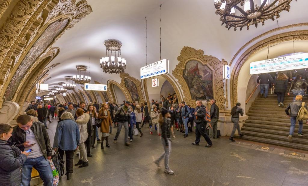 В День города москвичи и российские туристы смогут проехать на метро за 1 рубль