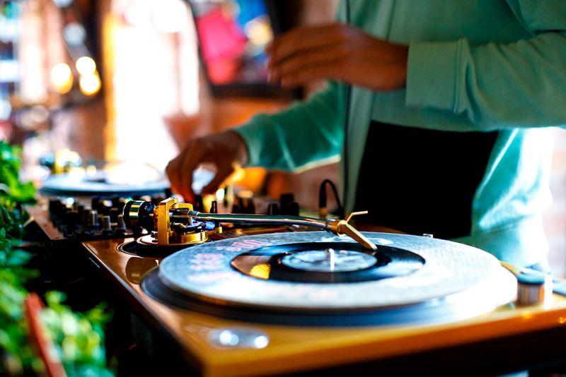 Джазовые вечера на виниле в «Танцы food&people» и гастробаре «Игристый»