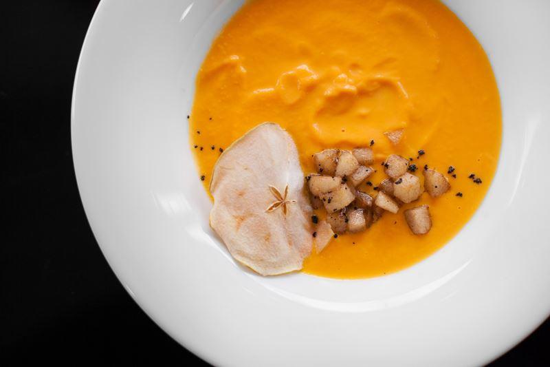 Рецепт тыквенного крем-супа с яблочным чатни от шеф-повара кафе Charlie Юрия Манчука