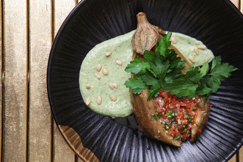 Блюда с баклажанами: 5 рецептов от шеф-поваров ресторанов - Запеченный баклажан с сальсой из томатов
