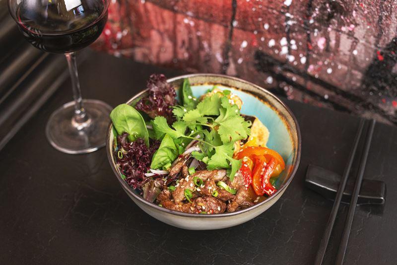Блюда с баклажанами: 5 рецептов от шеф-поваров ресторанов - Салат с тёплой говядиной и хрустящими баклажанами