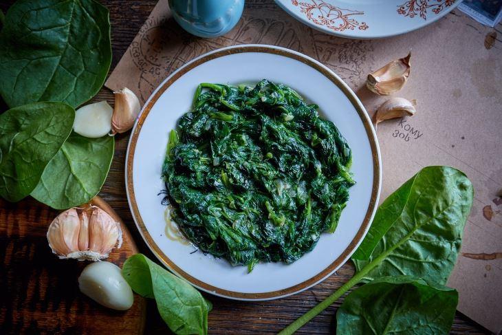 Испанахи с чесноком и зеленью от шеф-повара ресторана «Казбек» Мамии Джоджуа