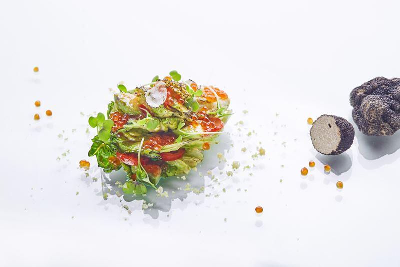 Обожженный салат романо с красной икрой и трюфелем от шеф-повара ресторана «Турандот» Дмитрия Еремеева
