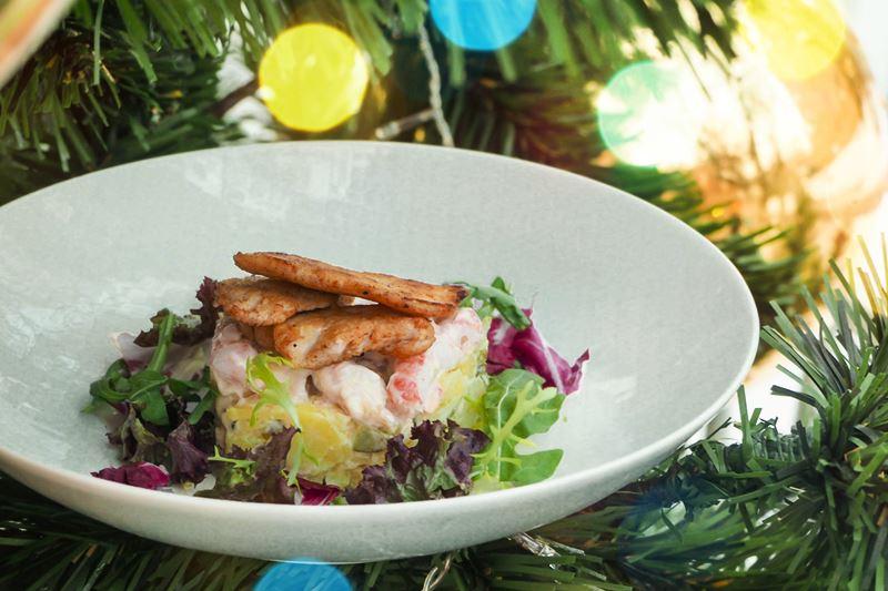 Рецепты салата «Оливье» от шеф-поваров - Оливье с раковыми шейками от ресторана «Черетто море»