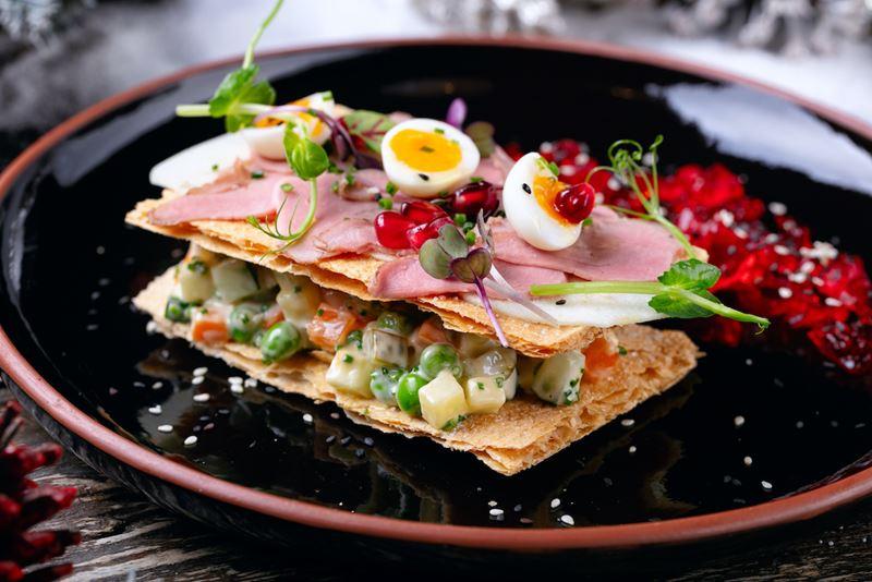 Рецепты салата «Оливье» от шеф-поваров - Оливье с утиной грудкой от ресторана Food Embassy