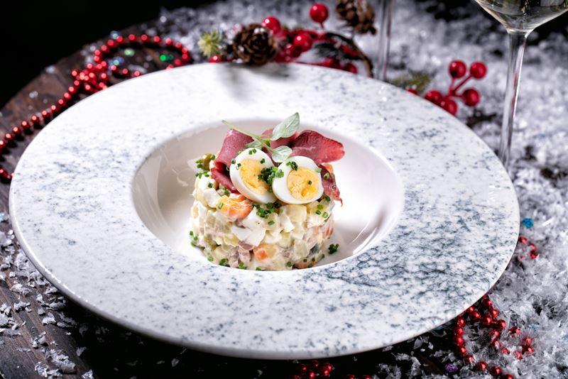 Рецепты салата «Оливье» от шеф-поваров - Оливье с копченой уткой и домашним майонезом от Bigati Bar