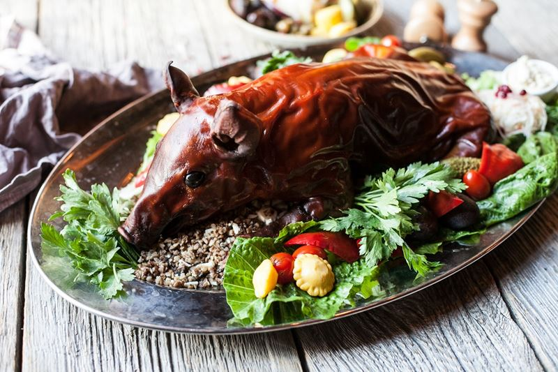 Рецепты горячих блюд к Новому году от шеф-поваров - Молочный поросёнок фаршированный гречкой с грибами