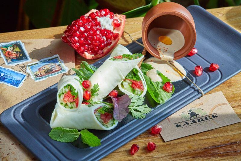 Рецепты новогодних закусок от шеф-поваров ресторанов - Рулет из сыра Сулугуни с овощами