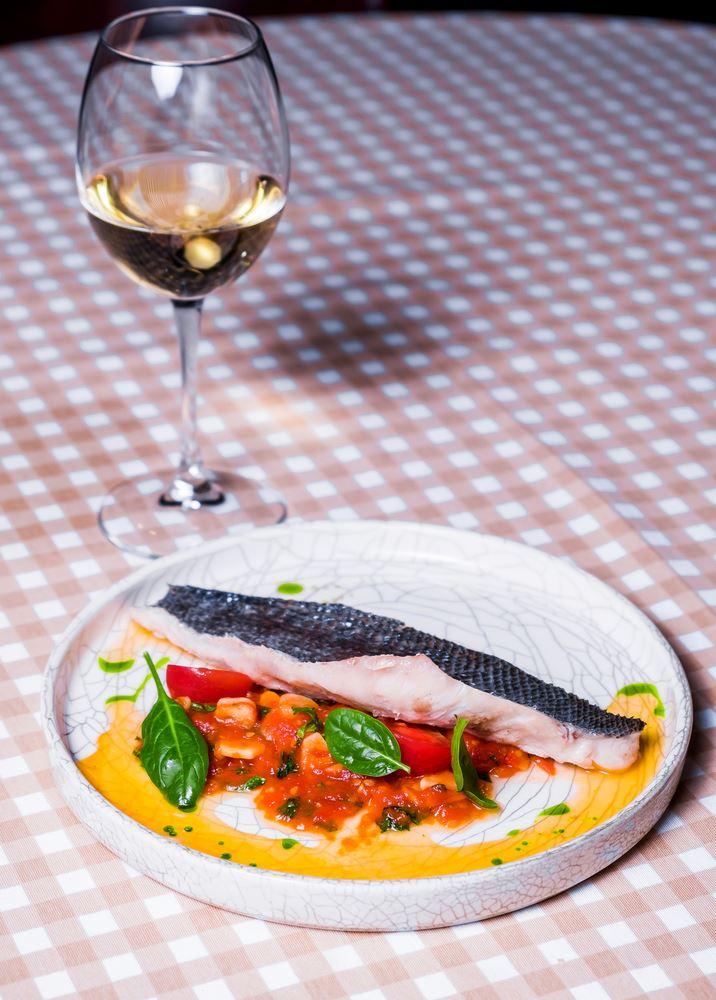 Рецепты с рыбой от шеф-поваров ресторанов - Филе сибаса на пару с рагу из пряных томатов