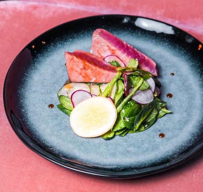 Рецепты с рыбой от шеф-поваров ресторанов - Стейк из тунца на гриле с лёгким салатом