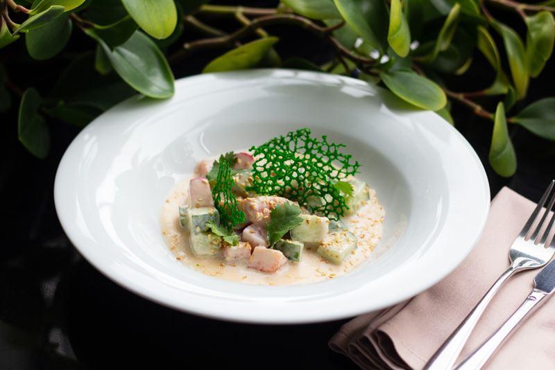 Рецепты с рыбой от шеф-поваров ресторанов - Поке с лососем и жасминовым пудингом