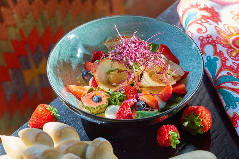 Зеленый салат с клубникой и строганиной из курицы от ресторана «Шинок»