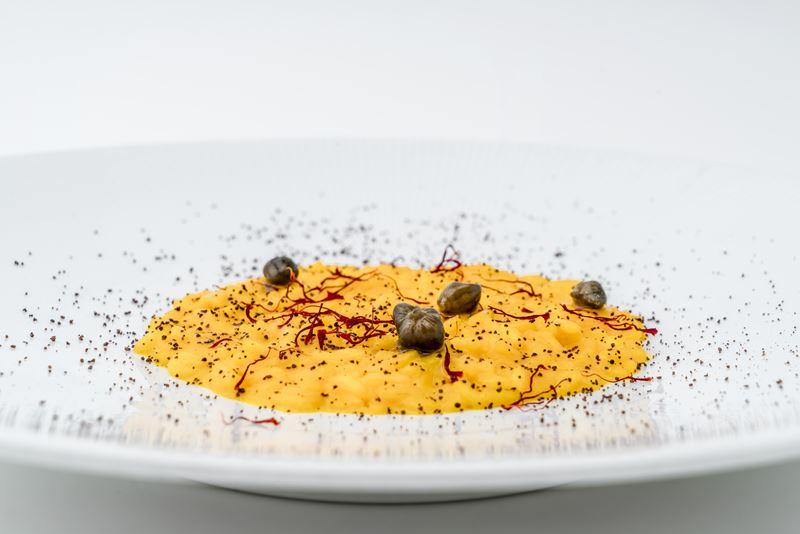 Рецепт ризотто с шафраном, каперсами и шоколадной крошкой от шеф-повара Lefay Resorts Маттео Маенца
