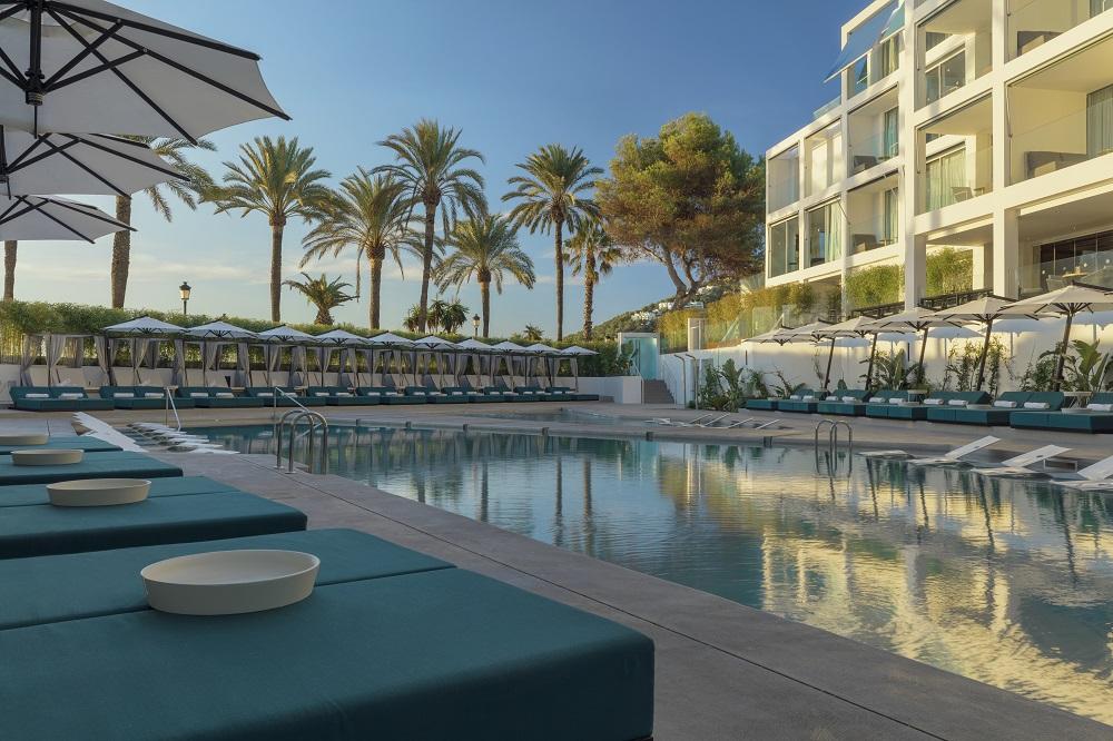 Дизайнерский отель W Ibiza - у бассейна