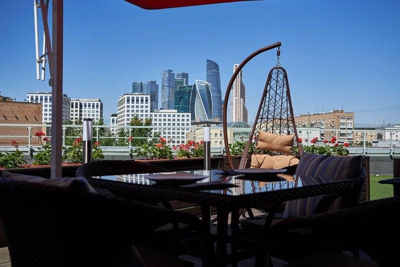 Утренняя йога с панорамным видом в отеле ibis Москва Киевская